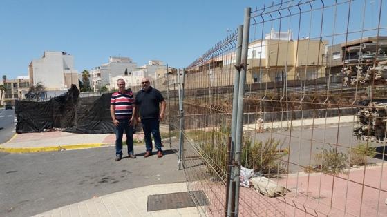 los concejales socialistas ejidenses juan godoy y juan jose callejon, junto al 'hoyo de san isidro'