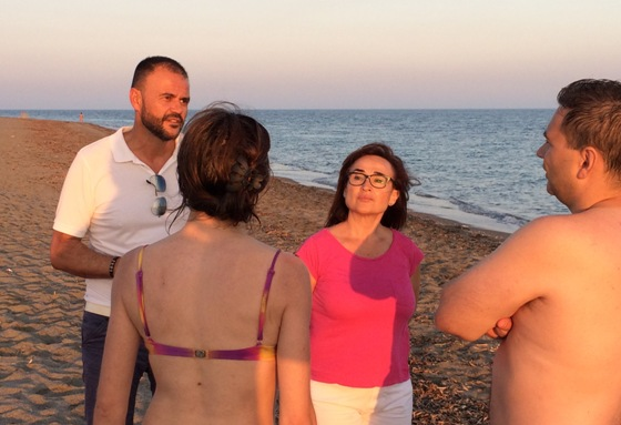 los socialistas ejidenses juan alberto castillo y angeles carvajal, conversando con dos bañistas en almerimar