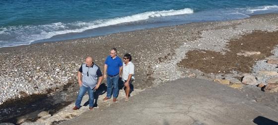 los socialistas juan jose callejon, juan godoy y miguel suarez, en la playa de balerma