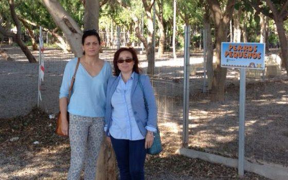 las concejalas socialistas ejidenses maria del mar suero y angeles carvajal, en el parque canino municipal - copia