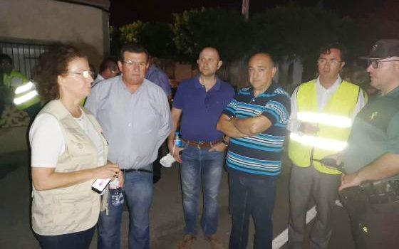 jose miguel alarcon, la noche del incendio, junto a la delegada del gobierno de la junta y el alcalde de el ejido, entre otras personas