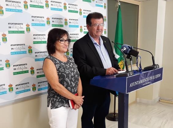 José Miguel Alarcón y Ángeles Carvajal, concejales socialistas en el Ayuntamiento ejidense.