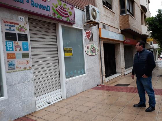 jose miguel alarcon, junto a varios comercios cerrados del centro del municipio 05-11-18