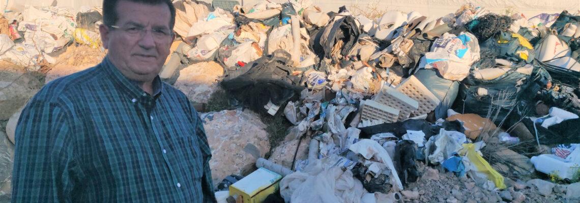 El  PSOE de El Ejido exige a la Junta y al Ayuntamiento que retiren los restos de residuos  recogidos hace casi un año en la Rambla Morales de Santa María del Águila
